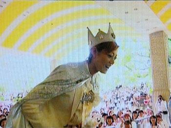 卒業の朝:組子たちの手でキラキラ姿の宙の王子