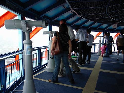 京都タワーに集う人々