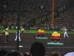 試合途中のグラウンド整備の阪神園芸