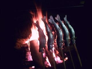 薪で焼き上げるマスは絶品 ! !