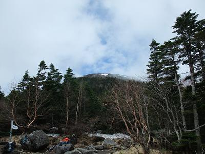 蓼科山荘から山頂臨む