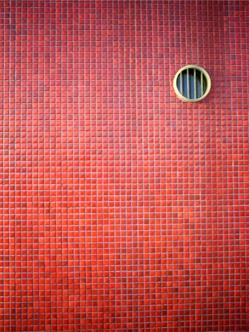 赤タイルと円窓