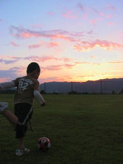 夕暮れにサッカー。