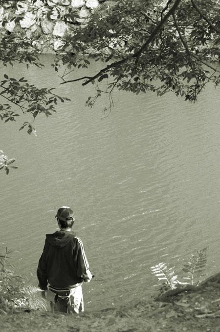 釣りをする青年。