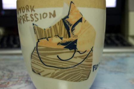 サビ猫のイラストが描かれたコップ