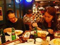 まかないを食べるg村山義光氏とvo森川奈菜美さん