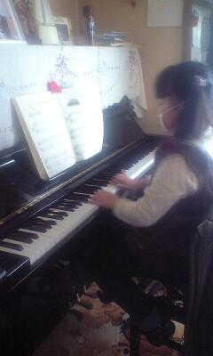 081207じいじの家でピアノを引く実織