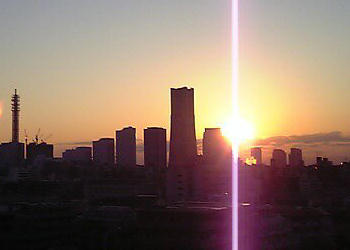 うちのマンションから見た初日の出(中央は みなとみらいのランドマークタワー)