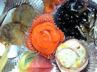 おせち料理(スモークサーモンのバラの花・生菓子(さくらんぼ型)・昆布巻き・黒豆・田作り・ベーコンチーズ オードブル・生菓子(桃型)・ホタテの照り焼き)