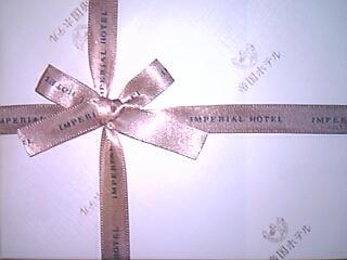 『帝国ホテル』の「ブラウニー」(2個入1,050円)のラッピング