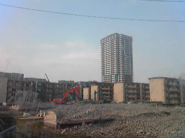 滅ぼされた未来都市っぽい。漫画に出てきそうなやつね。