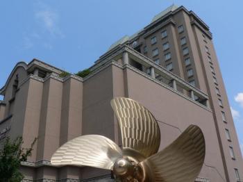呉阪急ホテルとスクリューのモニュメント
