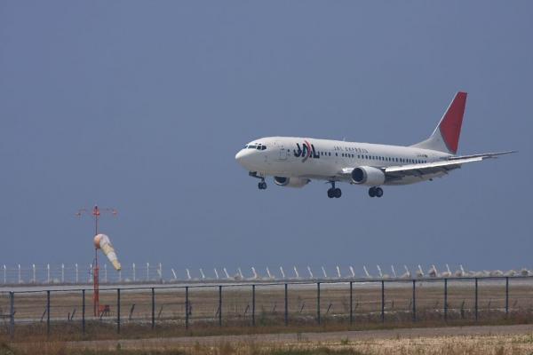 JEX B737-446 JTA312@神戸空港島平田学園西側(by 40D with EF100-400/4.5-5.6L IS)