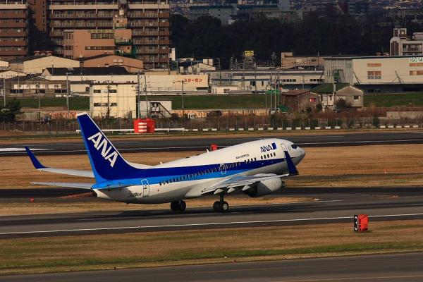 ANA B737-781 NH521@ラ・ソーラ(by 40D with SIGMA300/2.8EX)
