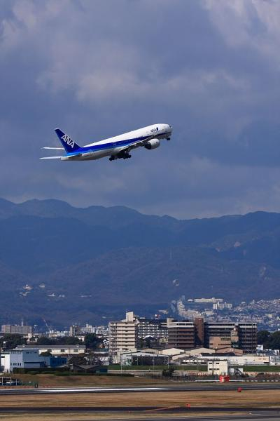 ANA B777-281 NH18@ラ・ソーラ(by 40D with EF100-400)