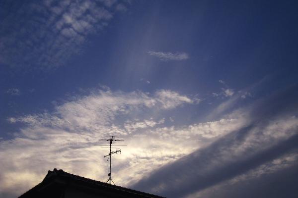 今日の夕空と光芒@自宅前(by IXY DIGITAL 910IS)