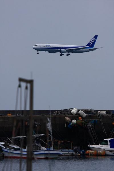 ANA B767-381 NH589@松山・コンテナターミナル付近(by 40D with EF100-400)
