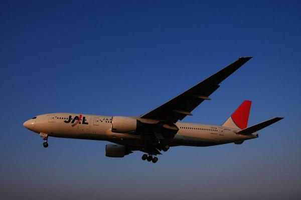 JAL B777-246 JL127@千里川土手(by 40D with SIGMA18-50/2.8EX)