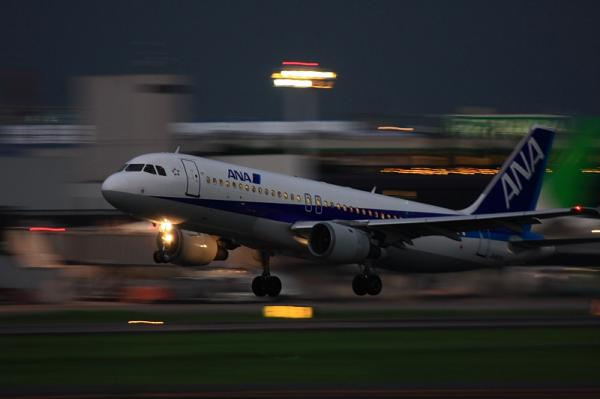 ANA A320 NH527@RWY14Rエンド(by 40D with EF100-400)