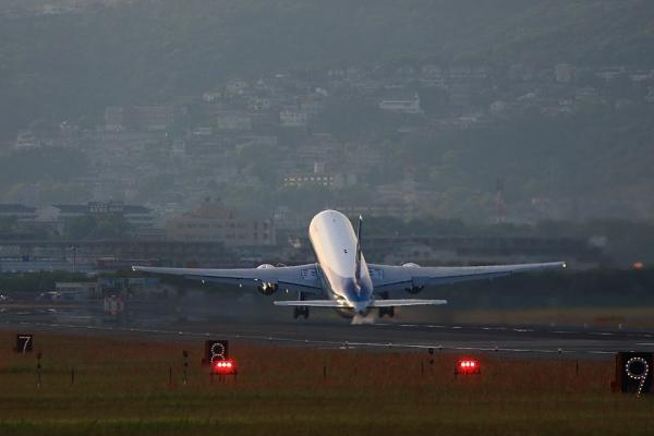 ANA B767-381 NH427@千里川土手(by 40D with EF100-400/4.5-5.6L IS)