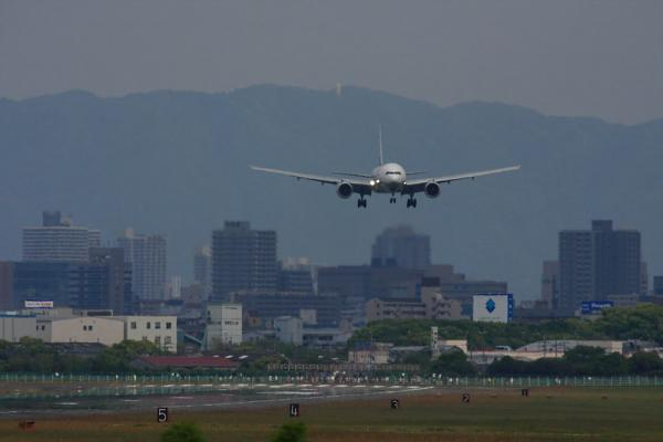 ANA B777-381 NH106@RWY14Rエンド猪名川土手(by 40D with SIGMA300/2.8EX+APO TC2x)
