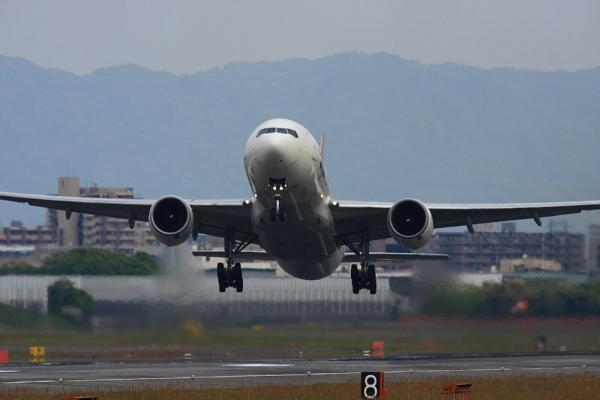 JAL B777-246 JL124@RWY14Rエンド猪名川土手(by 40D with SIGMA300/2.8EX+APO TC2x)
