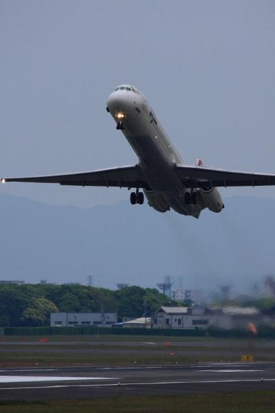 JEX MD-81 JC2189@RWY14Rエンド猪名川土手(by 40D with EF100-400L IS)