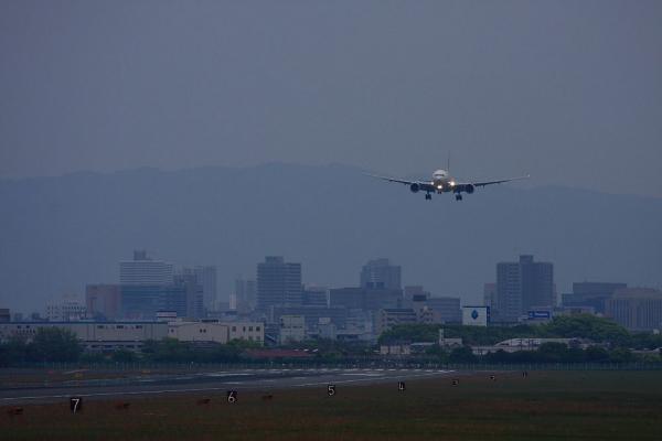 JAL B777-246 JL127@RWY14Rエンド猪名川土手(by 40D with EF100-400L IS)