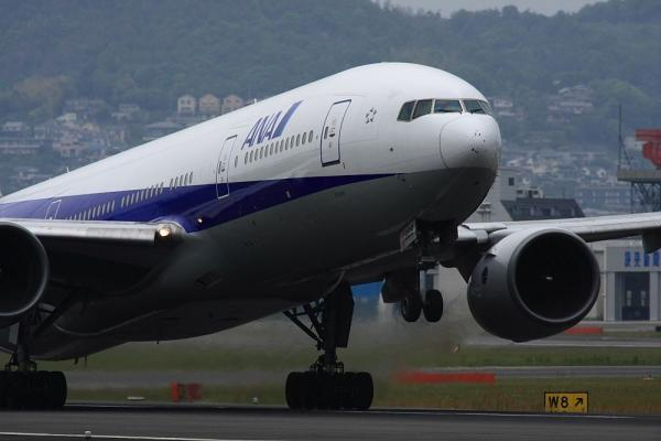 ANA B777-281 NH30@伊丹スカイパーク(by 40D with SIGMA300/2.8EX+APO TC2x)