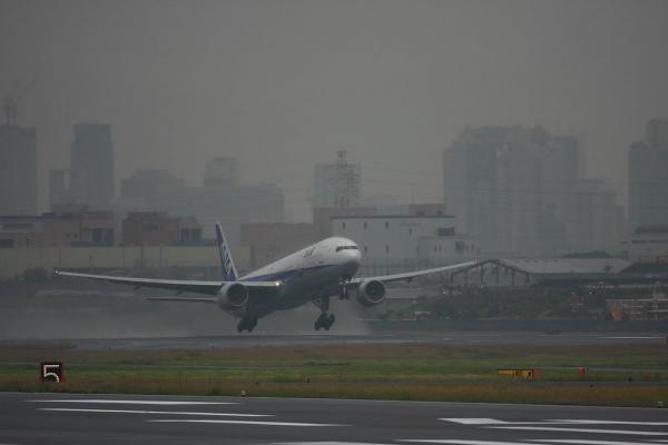 ANA B777-381 NH105@エアフロントオアシス(by 40D with EF100-400/4.5-5.6L IS)