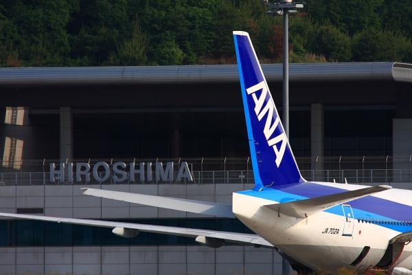 ANA B777-281 ANA672&広島空港ターミナル@広島空港TM対面ポイント(by 40D with SIGMA300/2.8EX+APO TC1.4x)
