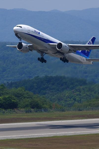 ANA B777-281 ANA676@森林公園展望広場(by 40D with EF100-400/4.5-5.6L IS)