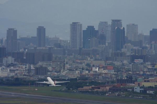 大阪キタのビル群景&JAL B777-246 JAL120@雲雀丘(by 40D with SIGMA300/2.8EX+APO TC2x)