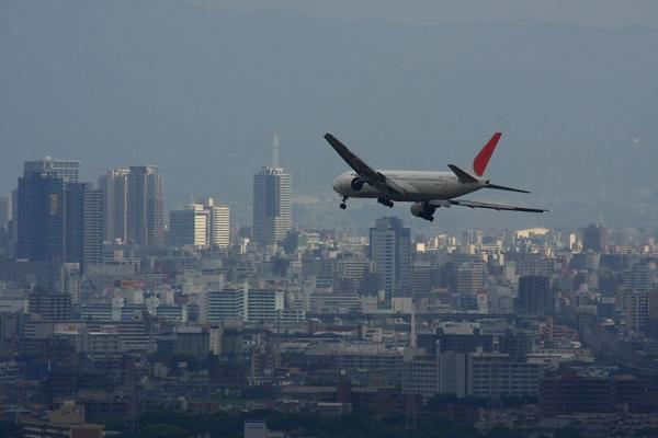 JAL B777-246 JAL121@雲雀丘(by 40D with SIGMA300/2.8EX+APO TC2x)