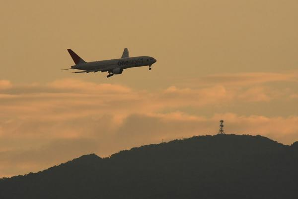 JAL B777-246 JAL131@池田側猪名川土手(by 40D with SIGMA300/2.8EX+APO TC2x)