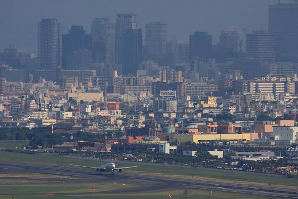 大阪キタのビル景&JAL B777-246 JAL126@雲雀丘(by 40D with SIGMA300/2.8EX+APO TC2x)