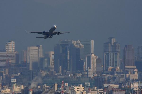 ANA B777-381 ANA34&大阪キタビル群(by 40D with SIGMA300/2.8EX+APO TC2x)