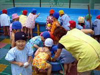 幼稚園で水遊びをするかーくん