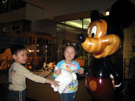 木でできた大きなミッキーマウス