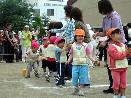 はじめての運動会でニコニコのちーちゃんがママとダンス