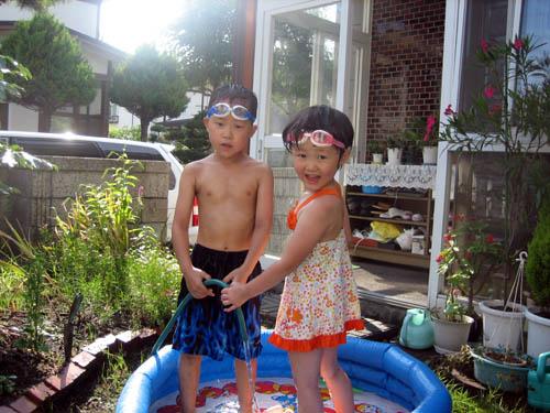 実家の庭で水遊び