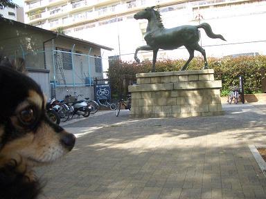 ゴン&銅像