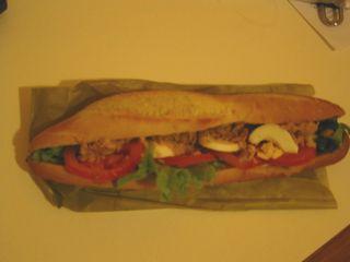 パリのシャンゼリゼ通りのパン屋さんで買ったフランスパンのサンドイッチ。