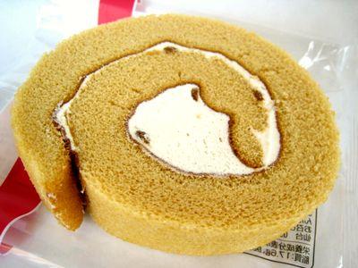 ファミリーマート--しっとりロールケーキ(メープル)~こだわりパン工房・山崎製)。
