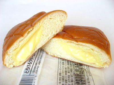 ファミリーマート--とろけるクリームパン~こだわりパン工房・神戸屋~。