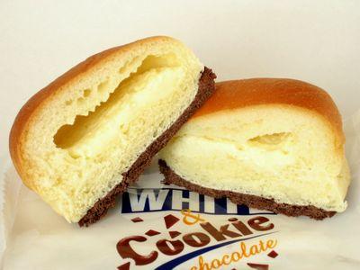 ファミリーマート--チロルチョコパン ホワイト&クッキー~山崎製~。