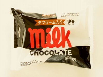 ファミリーマート--チロルチョコパン ミルク~敷島製~。