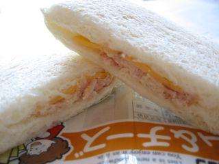 ヤマザキ--ランチパック ハム&チーズ。