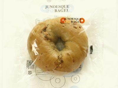 JUNOESQUE BAGEL--抹茶カフェラテアーモンド(5月限定)。