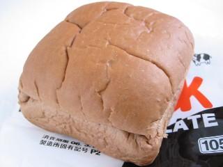 ファミリーマート--チロルチョコパン ミルク(敷島製パン)。